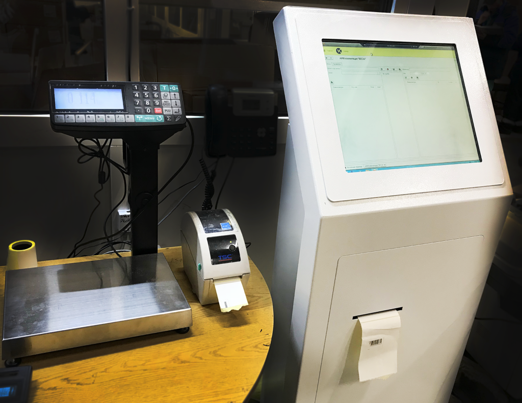 Рабочее место, оборудованное информационным киоском, принтером этикеток и весами